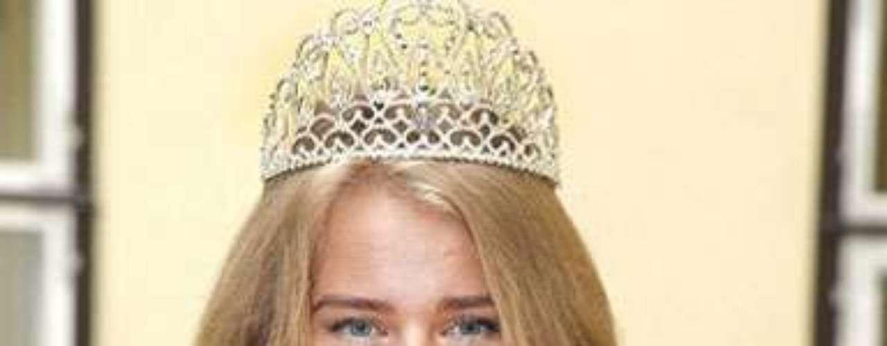 Kätlin Valdmets Miss Estonia 2012, tuvo que ser reemplazada por la Primera Finalista del certamen nacional Natalie Korneitsik ya que luego de ser elegida en el certamen nacional como representante al título tuvo que viajar al extranjero y no pudo cumplir con este compromiso.