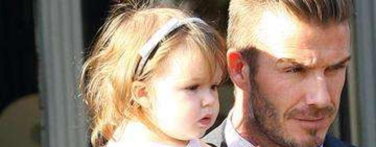 Junto a papá luciendo un vestido Chloe de 1.030 dólares y zapatos marca Zara por 40.
