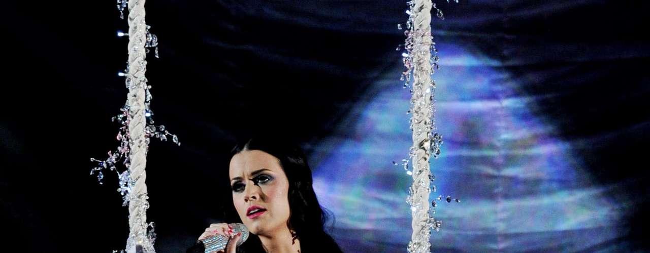 Desde lo más alto del Staples Center, Katy Perry cantó durante la gala de los Grammy Awards 2011.
