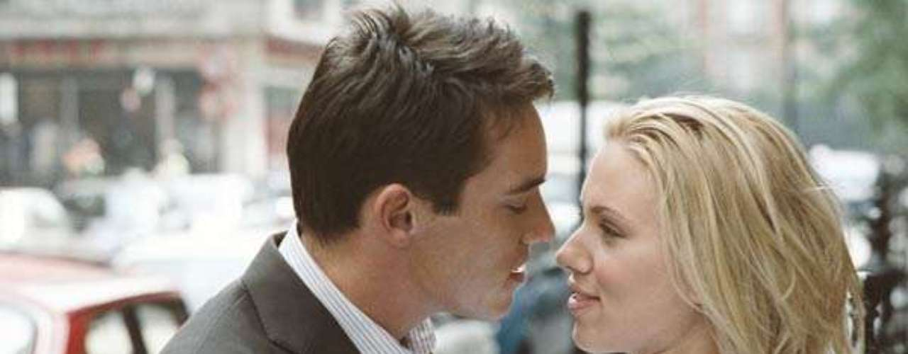 En Match Point, Scarlett Johansson comparte créditos con Jonathan Rhys Meyers. Dicha película fue dirigida por Woody Allen.