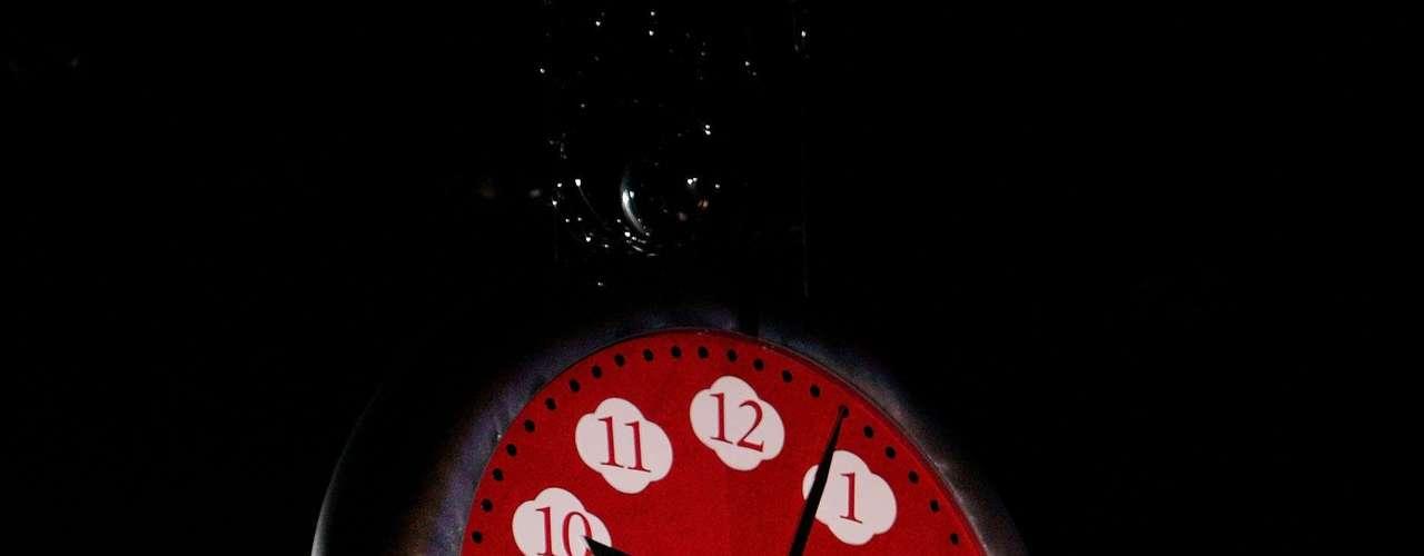 La vocalista de No Doubt, quien se vio muy segura, lució realmente espectacular sentada en un banco con forma de reloj.