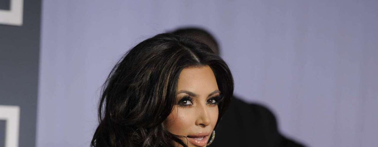 Kim Kardashian nos encanta con sus curvas y su escote.