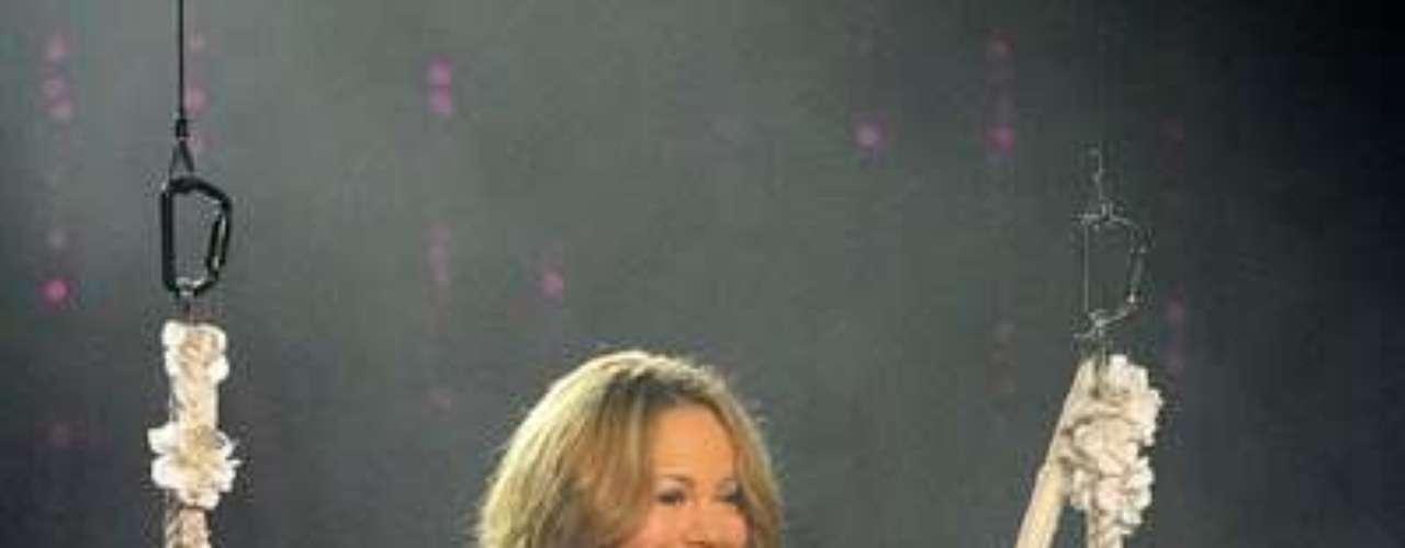 Mariah Carey lució un escote bien pronunciado, mientras bajana del techo al escenario para empezar a cantar.