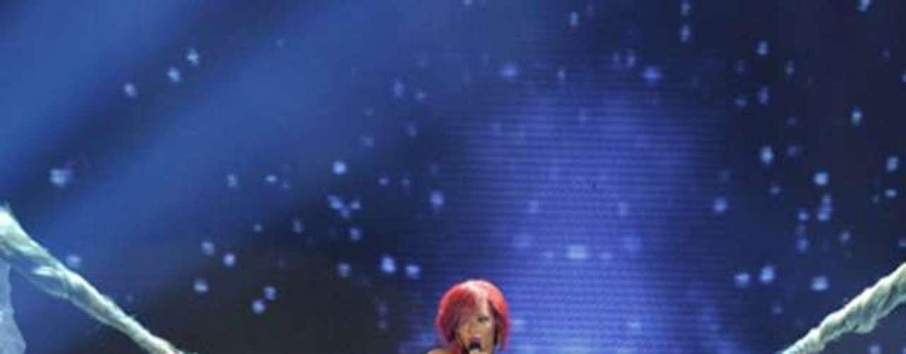 Rihanna bounced on a swing on the italian version of \