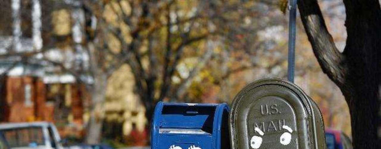 Dos buzones de correo en Colorado, pintadas con alegres expresiones, dan un tono divertido a la cerrada disputa por la presidencia de Estados Unidos. La \