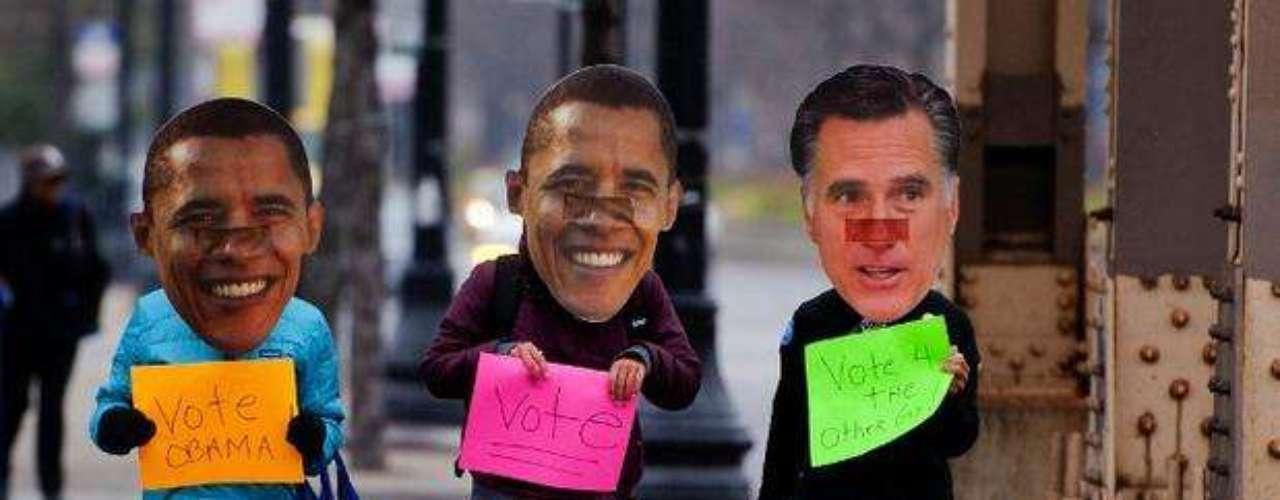 ¿Dos Obamas para un solo Romney? No hay equivocación: es el mensaje que estos electores pretendían pasar. Con máscaras representando al actual presidente y al candidato republicano a La Casa Branca, tres electores pasean por las calles de Chicago, incentivando sus compatriotas a votar. ¿En quién? \