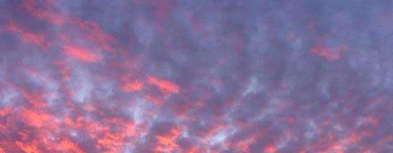 Bugarach es un pequeño pueblo en Francia al que desde hace unos años arriban viajeros del todo el mundo bajo la creencia de que este lugar habrá de salvarse de la devastación presagiada por los mayas. Hasta el día de hoy se organizan extenuantes jornadas de oración para prepararse para el 21 de diciembre.