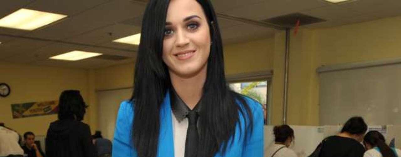 Estamos acostumbrados ver a Katy Perry con sugerentes atuendos sobre el escenario, pero esta vez fue capturada vestida bien formal, mientras con una sonrisa, de oreja a oreja, ejercía su derecho al voto como ciudadana de los Estados Unidos, en un centro de votación de Los Ángeles. Aunque el acto electoral es secreto, nos imaginamos que la estrella se inclinó por la propuesta de reelección del presidente Barack Obama, ya que en varias oportunidades la vimos participando en conciertos que apoyaban esa candidatura, misma que resultó la victoriosa en la contienda.