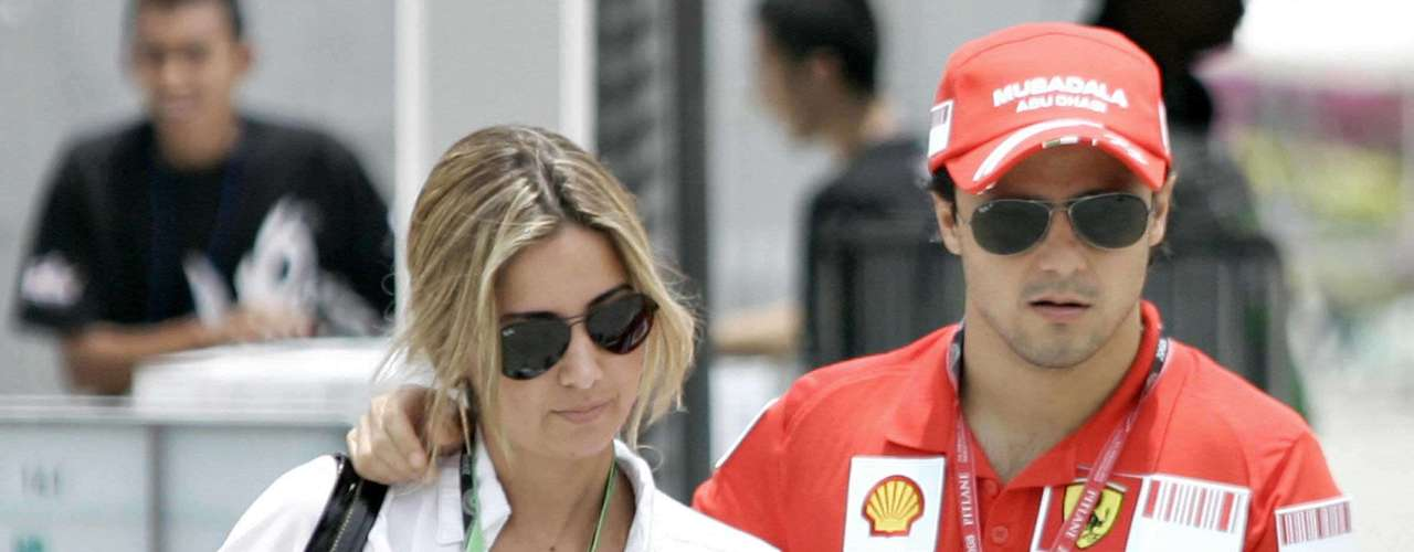 Felipe Massa conoció a su esposa Rafaela Bassi en una discoteca en Brasil. Llevan casados desde el 2007.
