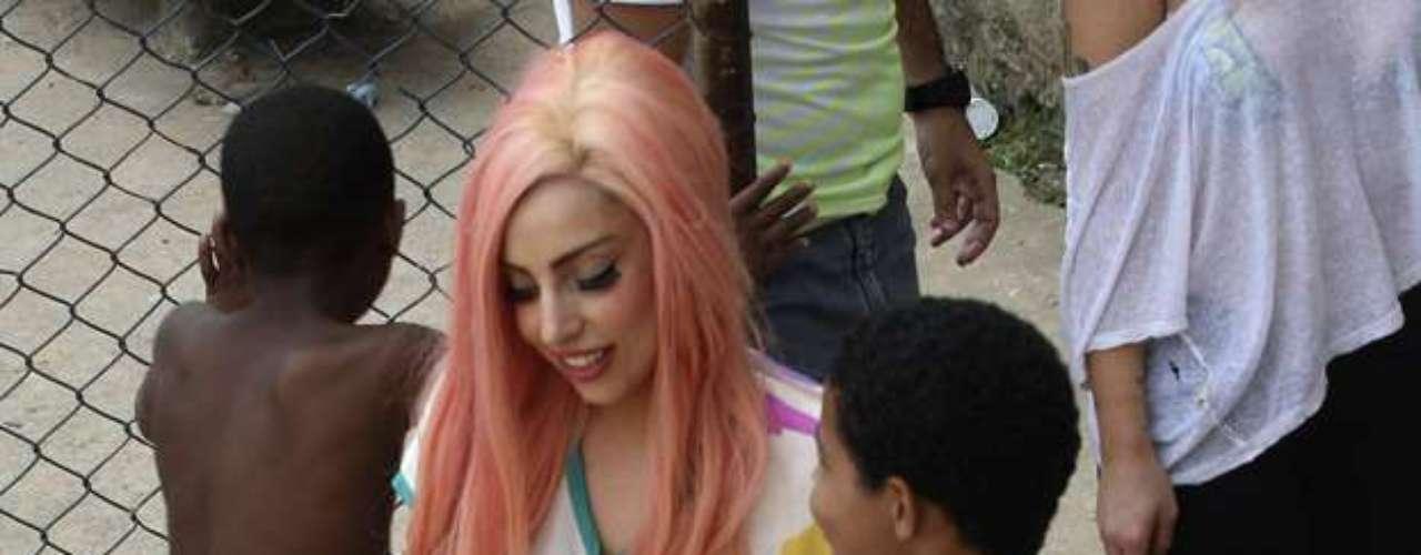 La intérprete de 'Poker Face' llegó vestida con una bata estilo japonés estampada, usaba una peluca rosa y largas uñas postizas naranjas.