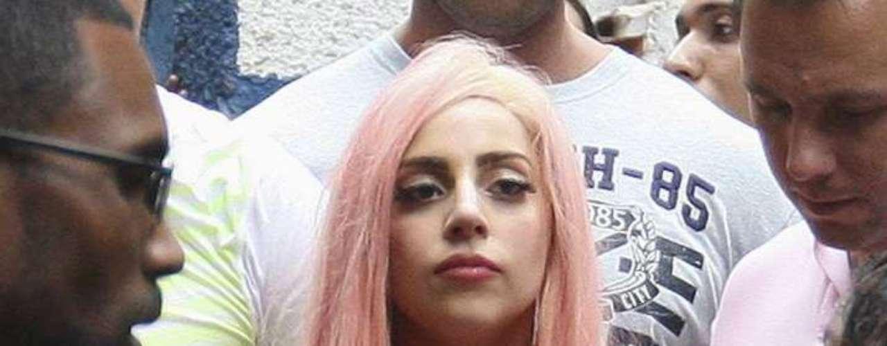 Durante su estancia en la barriada Lady Gaga cantó con los infantes de Cantagalo y además se descalzó para jugar soccer con ellos.