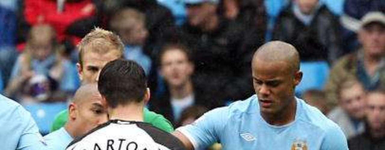 Apenas tres meses después, De Jong le 'endosó' una fractura de tibia y peroné al francés Hatem Ben Arfa, en duelo entre el Manchester City y Newcastle.
