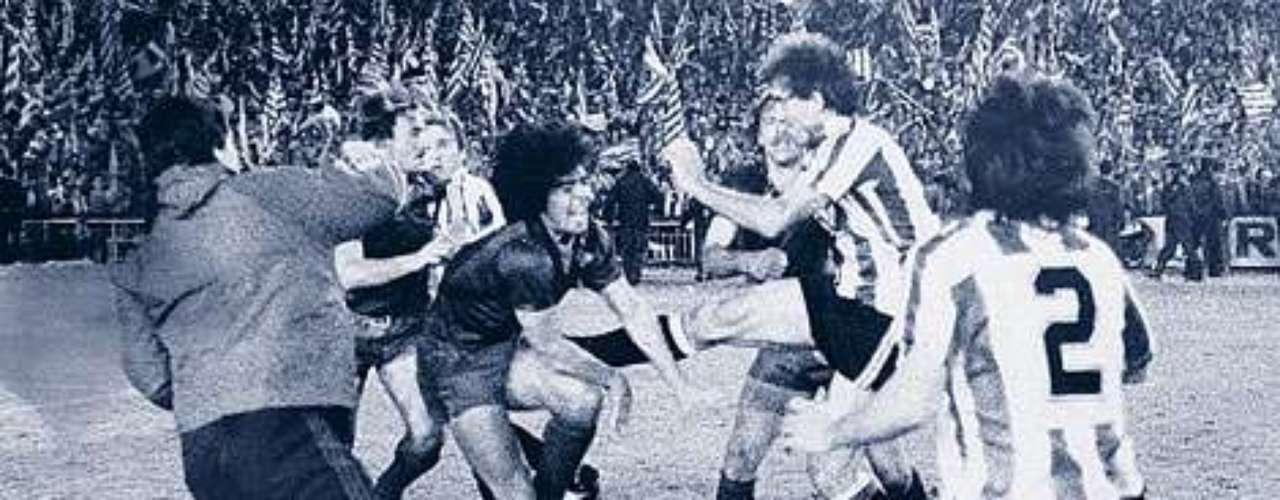 Andoni Goicoechea 'pasó a la historia' por ser el jugador que en 1983 quebró a Diego Armando Maradona. Un año después, el férreo zaguero del Athletic de Bilbao también se topó con el 'crack' del Barcelona en una batalla campal en la Final de la Copa del Rey, misma que ganaron los vascos.