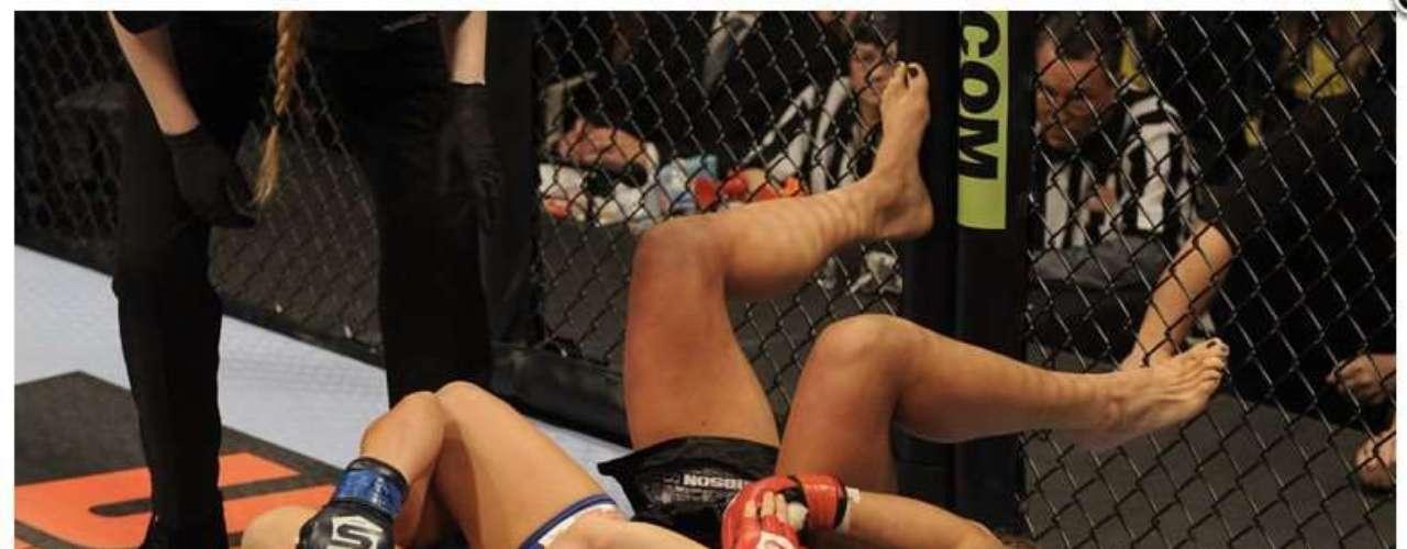 Ronda Rousey se convirtió en campeona de Peso Gallo en Strikeforce el 3 de marzo de 2012 en Columbus, Ohio, al derrotar por sumisión a su rival quien no pudo soportar una llave de brazo que Rousey le aplicó causándole  una luxación de codo.