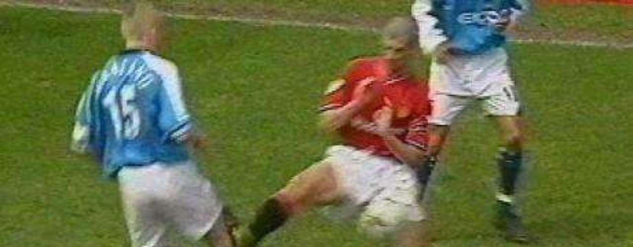 En 2001, en un partido ante el eterno rival local, Manchester City, Keane (foto) encontró el momento exacto para cobrarse la revancha con el noruego Alf-Inge Haaland, quien unas temporadas atrás le había causado la rotura de ligamentos en la rodilla. Fue el fin de la carrera del futbolista de los \
