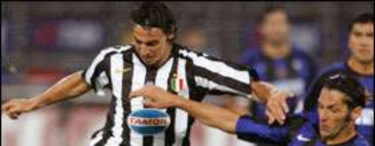 Aunque Marco Materazzi se hizo 'célebre' tras el cabezazo que le propinó Zinedine Zidane en la Final de la Copa del Mundo de Alemania 2006, el ex zaguero italiano ya tenía una trayectoria 'manchada' en el Calcio.