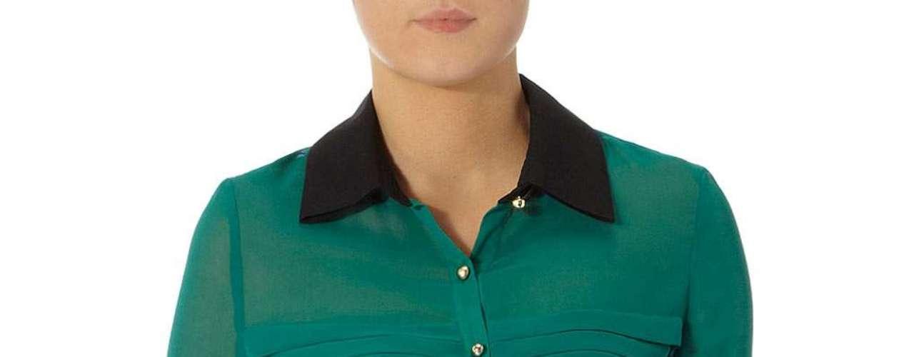 Camisa color verde mangas largas con detalles negros en los puños y en el cuello a $59.00