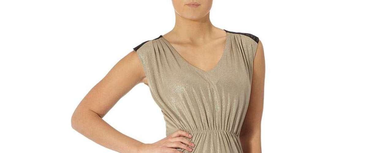 Vestido drapeado en color oro con cuello en  v ,  cintura elástica que cuenta con un detalle de satén en el hombro a $59