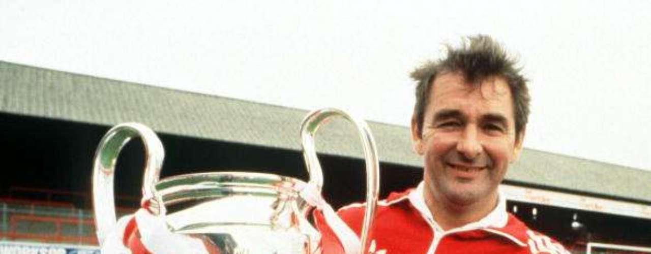 Clough sostiene la copa que conquistó en 1980, tras vencer al Hamburgo en el Santiago Bernabéu.