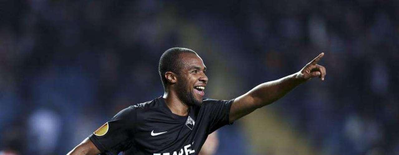 Eduardo fue la figura del partido y anotó los dos goles para el conjunto de Portugal.