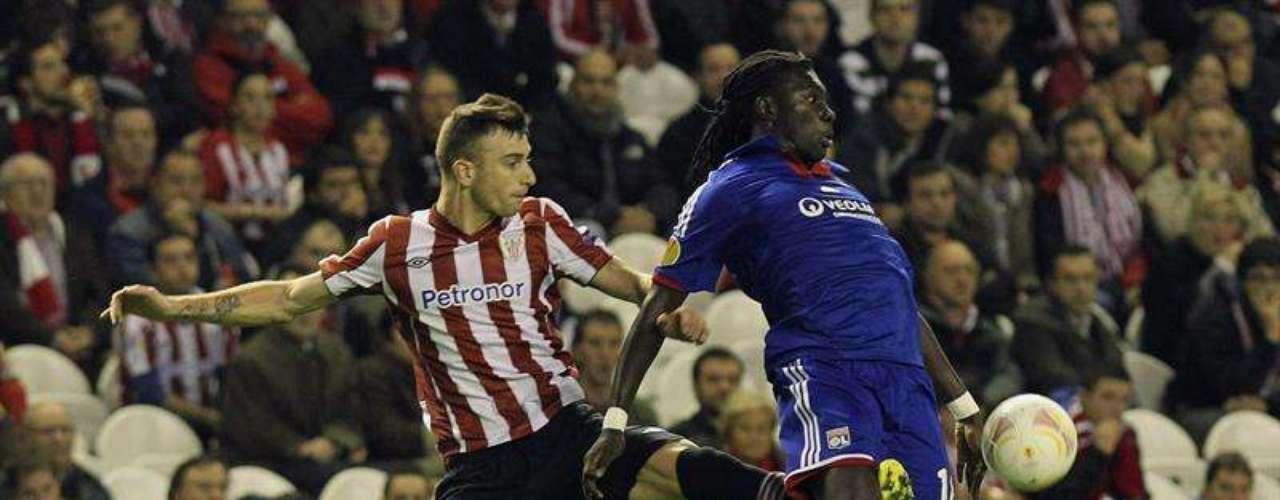 Amorebieta, del Athletic de Bilbao, disputa el balón con Gomis, del Olympique de Lyon.