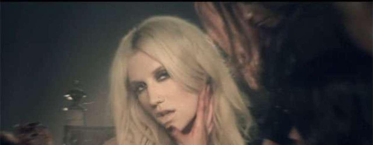El nuevo video de Ke$ha 'Die Young', presenta a la cantante como la líder de una secta de sexo, mientras comparte con hermosas secuaces en el desierto. Echa un vistazo algunas de las escenas más sexys del mágico y caliente clip.