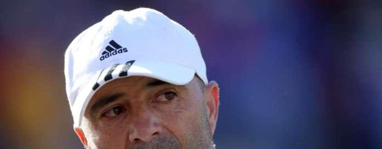 Jorge Sampaoli: ya avisó que evaluará su continuidad, pese a tener un año más de contrato. Esto si es que la regencia arma un equipo competitivo para pelear la Copa Libertadores.