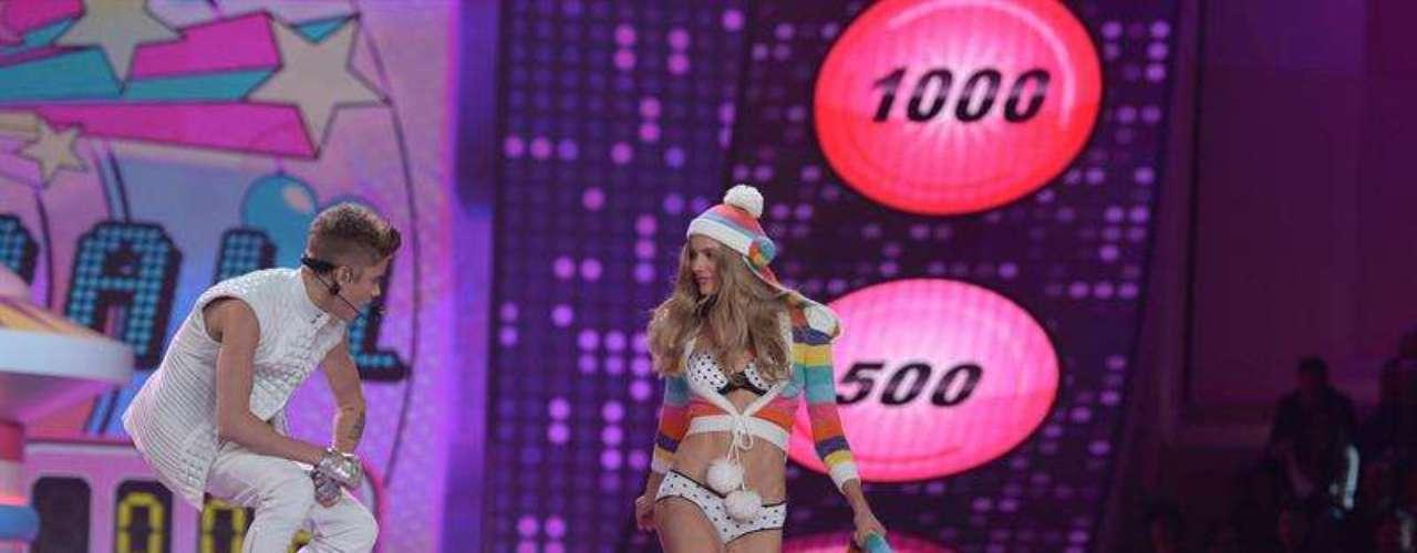 Allí las espectaculares modelos lucieron los diseños más sexis y atrevidos de la marca. Aquí Erin Heatherton muestra un sexi diseño en encaje.