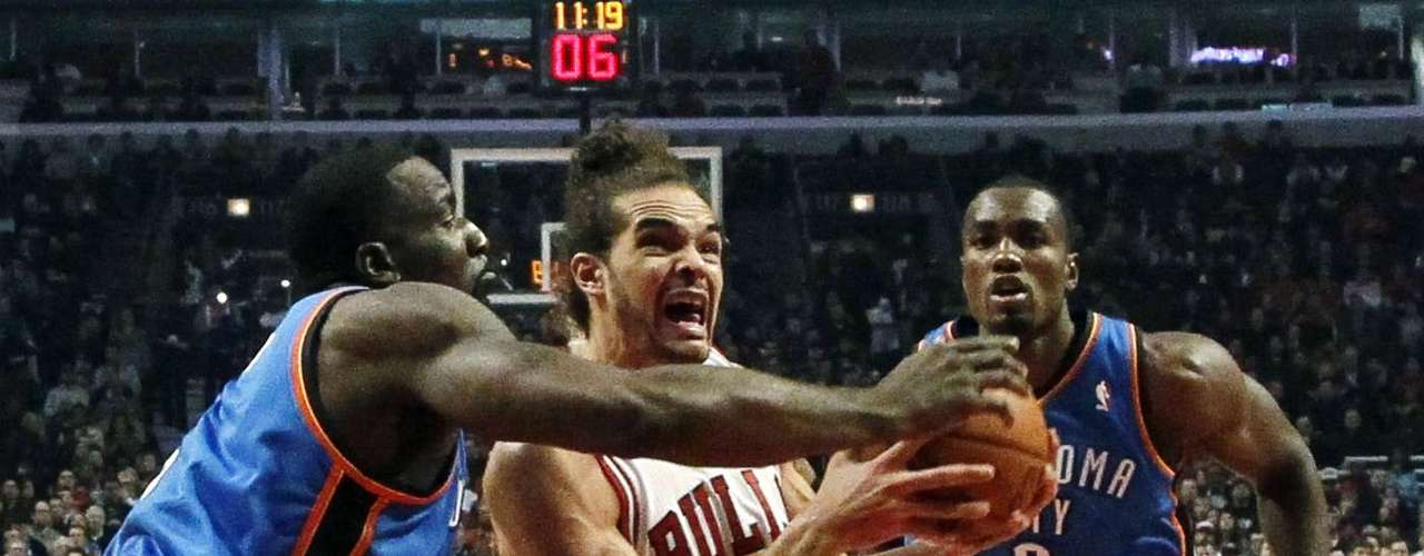 Thunder vs. Bulls: Joakim Noah (13) se dirige a la canasta ante la marca de Kendrick Perkins y Serge Ibaka (9). Oklahoma City derrotó 97-91 a Chicago.