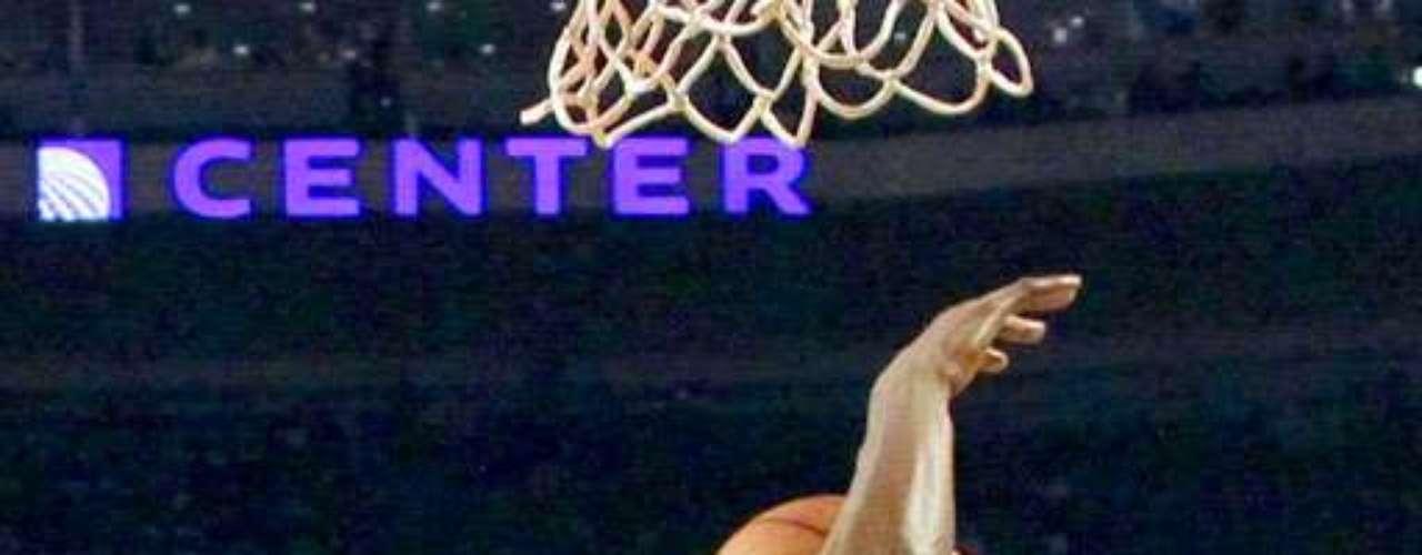 Thunder vs. Bulls: Joakim Noah (13) saca su disparo ante la marca de Kevin Durant (35). Oklahoma City derrotó 97-91 a Chicago.