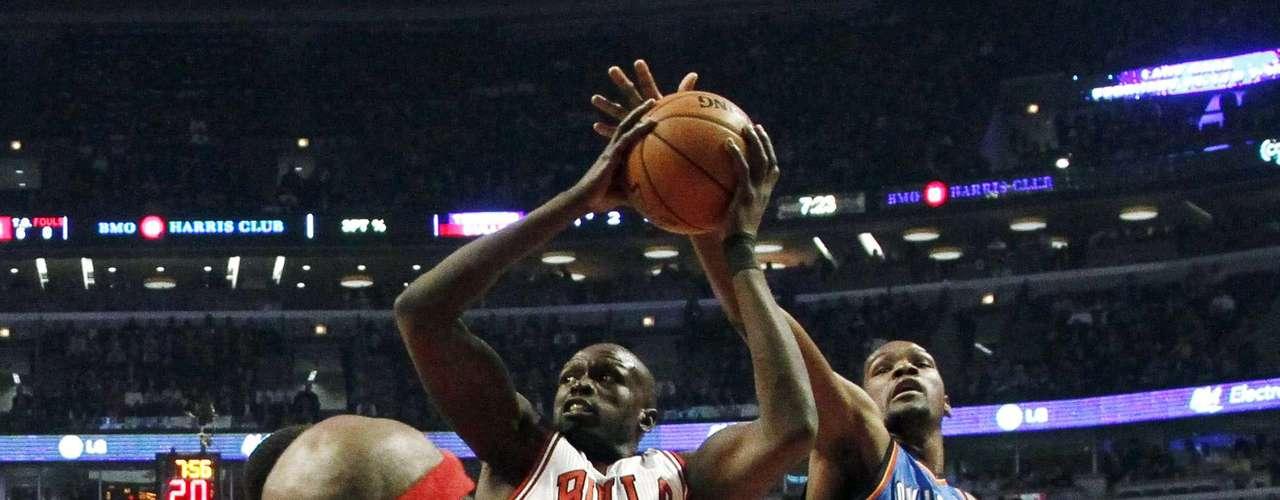 Thunder vs. Bulls: Luol Deng (9) intenta su disparo ante la marca de Kevin Durant (35). Oklahoma City derrotó 97-91 a Chicago.