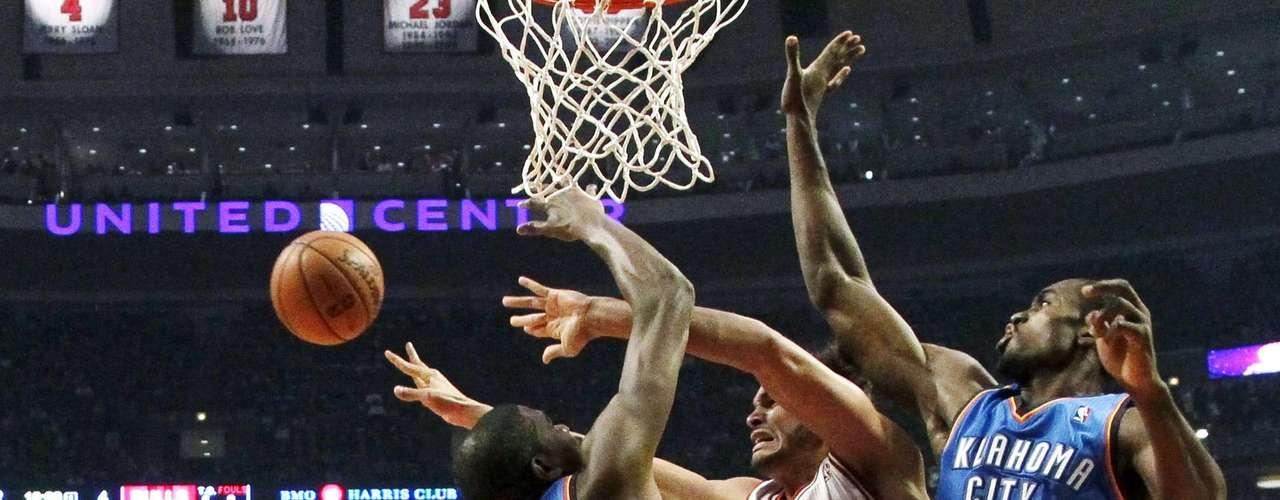 Thunder vs. Bulls: Joakim Noah intenta driblar la marca de Serge Ibaka y Kevin Durant. Oklahoma City derrotó 97-91 a Chicago.