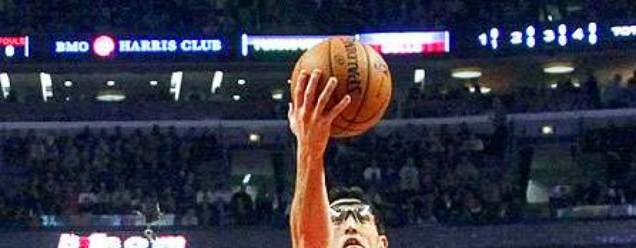 Thunder vs. Bulls: Kirk Hinrich (12) encesta el balón ante la mirada de Russell Westbrook (0). Oklahoma City derrotó 97-91 a Chicago.