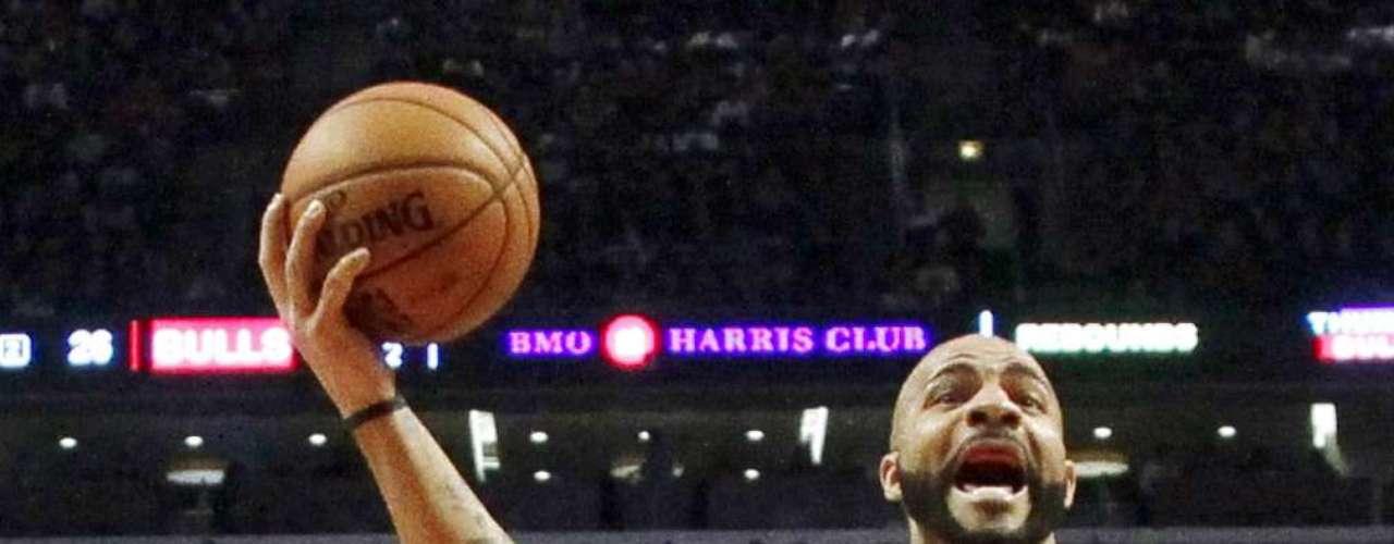 Thunder vs. Bulls: Carlos Boozer (5) salta ante la marca de Kevin Martin (23) y la mirada de Thabo Sefolosha (2). Oklahoma City derrotó 97-91 a Chicago.
