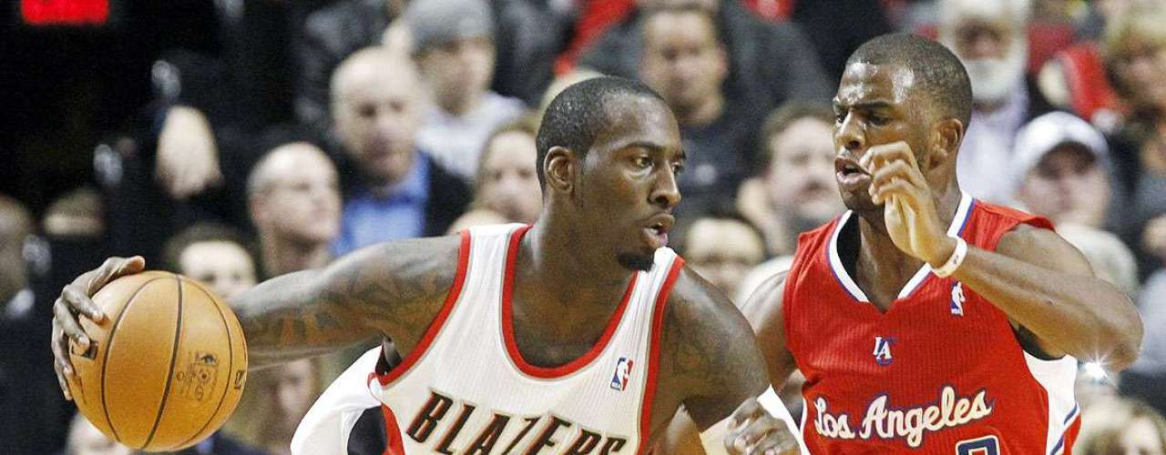 Clippers vs. Trail Blazers: J.J. Hickson (21) intenta driblar a guardia Chris Paul. Los Ángeles vencieron 103-90 a Portland en el Rose Garden.