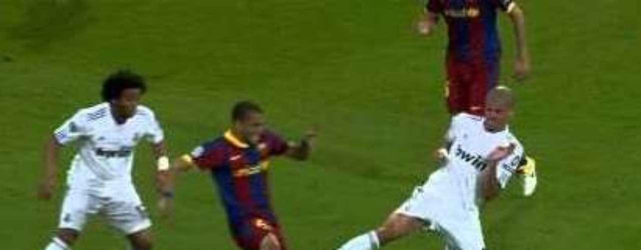 En 2010, en duelo de Cuartos de Final ante el Barcelona, Pepe le entró así a Daniel Alves y fue expulsado.