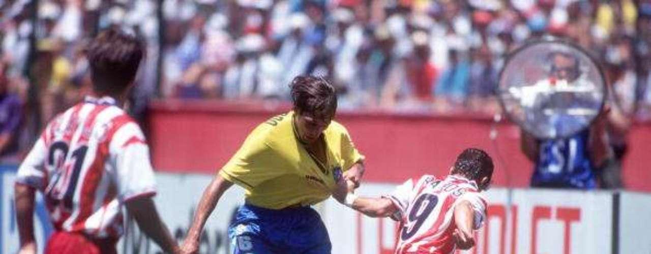 En la misma justa veraniega, el brasileño Leonardo, si bien tenía talento con los pies, demostró tenerlo todavía más, pero de manera cobarde, con las extremidades superiores. En duelo de Octavos ante el anfitrión y tras un forcejeo con Tab Ramos, el sudamericano le 'recetó' un codazo que dejó inconsciente a su rival y que obviamente, lo hizo acreedor a la tarjeta roja. Aún así, Brasil avanzó y a la postre, fue campeón.
