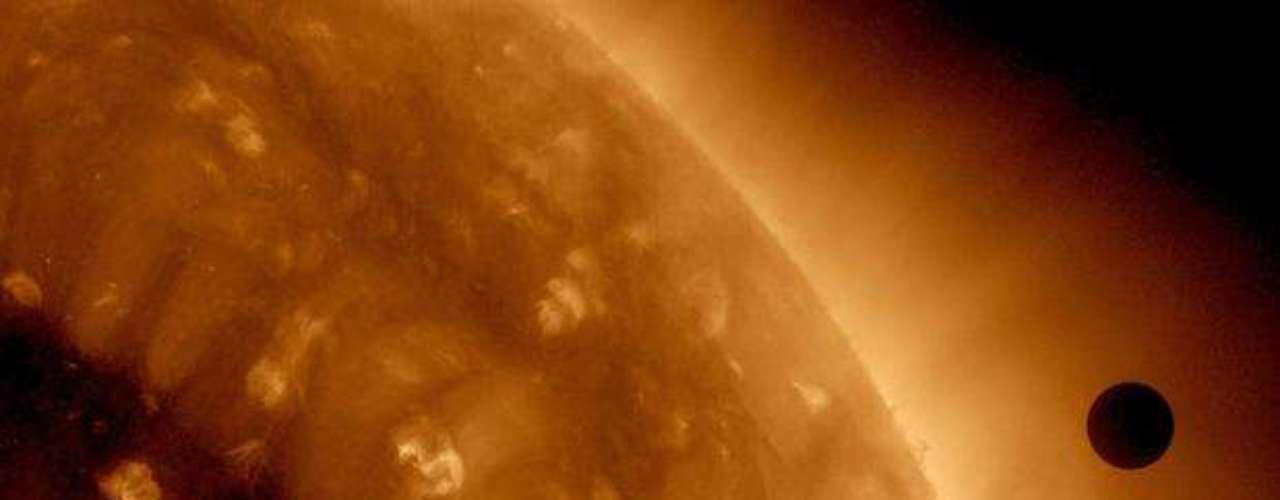 Según el estudio, cuyos autores principales son Guillem Anglada-Escudé de la Universidad alemana de Gotinga y Mikko Tuomi, de la Universidad británica de Hertfordshire, el más interesante de los tres nuevos planetas es el que se halla más lejos de su estrella, a una distancia similar a la existente entre la Tierra y el Sol.