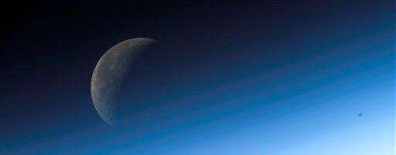 Su masa es al menos siete veces la de la Tierra y lo más probable es que gire sobre su propio eje mientras orbita alrededor de su estrella, por lo que podría tener un ciclo diurno y nocturno al igual que nuestro planeta.