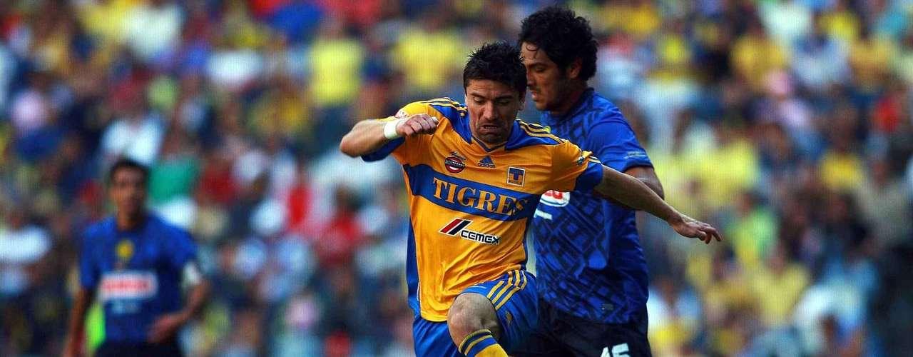 Héctor Mancilla marcó el gol de la victoria de Tigres 2-1 sobre América al minuto 92, en el torneo Clausura 2011, en partido celebrado en el estadio Azteca. Lucas Lobos abrió el marcador y Daniel Montenegro había conseguido el empate.