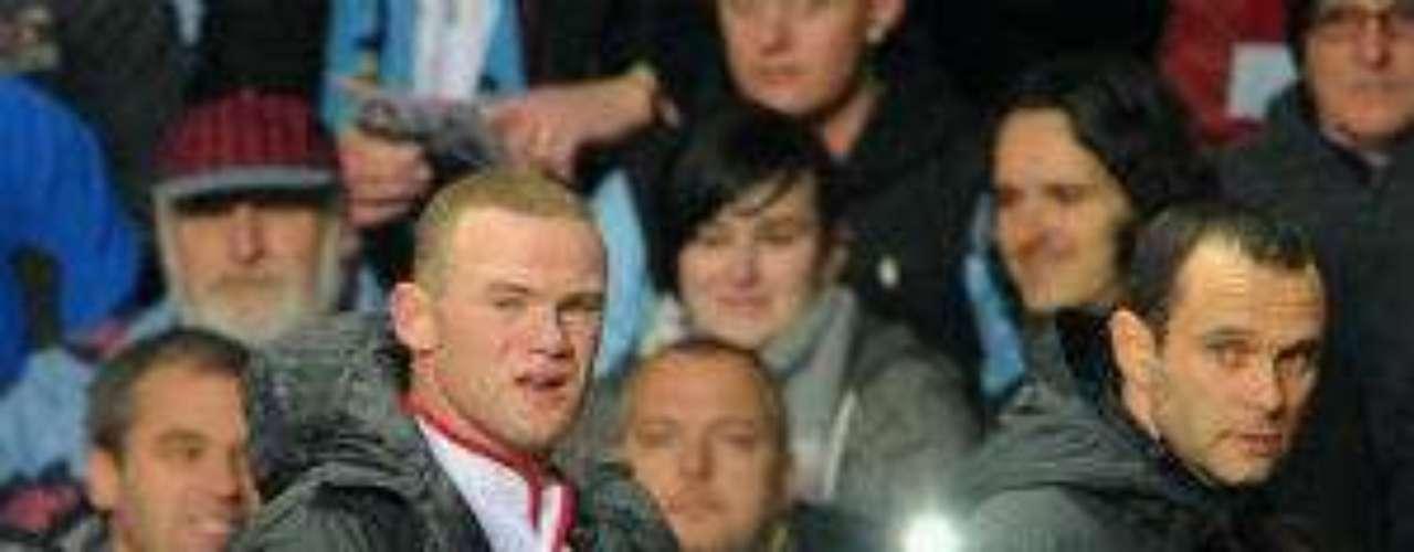 A Wayne Rooney no le fue muy bien tampoco ya que salió de cambio