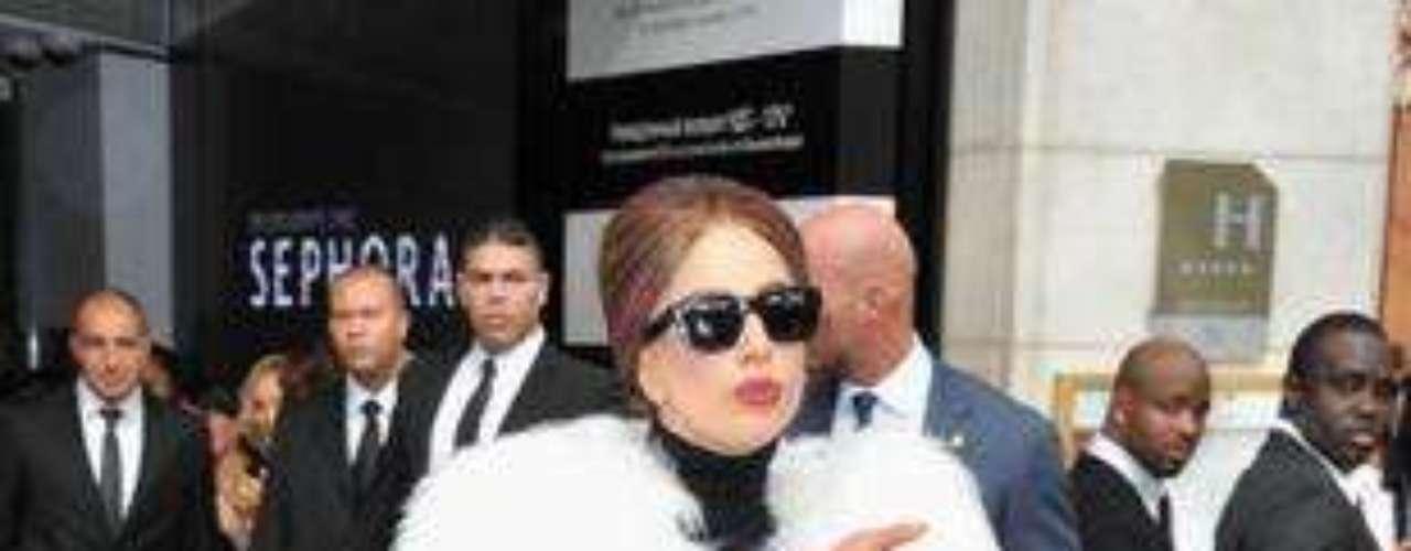 En sus últimas apariciones, la neoyorkina trata de refinar sus looks y se deja ver con vestidos de firma pero siempre con un toque de excentricidad: sólo ella es capaz de que Chanel le personalice el bolso Cerf Tote en versión XL.