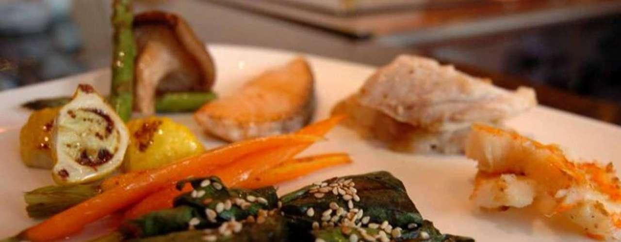 Teppan Grill. Naturaleza, tecnología e inigualable sabor se conjugan en el Teppan Grill para atraer a nuevos comensales. La decoración y el diseño están creados bajo la filosofía del Feng Shui, así que sus espacios brindan armonía y tranquilidad.