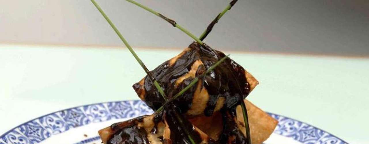 Azul Condesa. Ricardo Muñoz Zurita chef y propietario del famoso restaurante Azul y Oro ubicado en Ciudad Universitaria se asoció con la chef Salomé Álvarez y Gonzalo Serrano para crear el concepto Azul Condesa y ofrecer sabores de la cocina tradicional mexicana al poniente de la Ciudad de México.