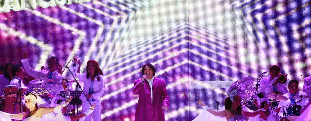 Hermosas bailarinas con trajes a go go  de color blanco apoyaron el performance de \