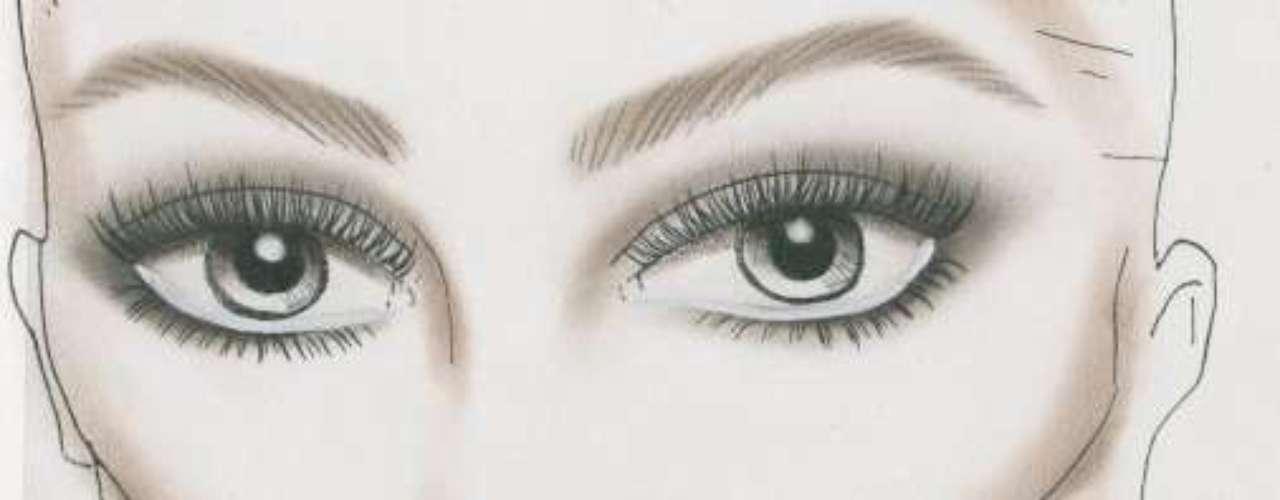 La famosa maquilladora Pat McGrath fue la encargada de crear el look de la pasarela de Valentino con el maquillaje neutro. El dibujo aparece remarcando algunas zonas que son las que se trabajan para que la base de maquillaje y el colorete queden completamente fundidos en la piel.