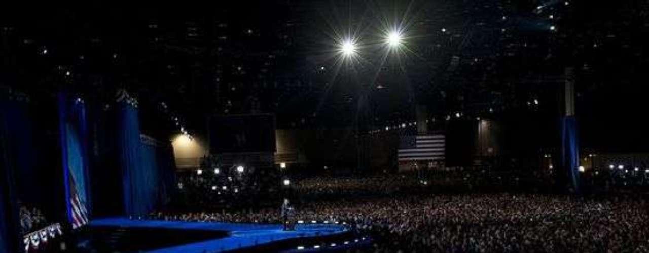 Así lucía el recinto donde comenzarían los festejos de la reelección de Obama en Chicago. Todos a la espera de que el reelecto presidente emitiera sus primeras palabras.