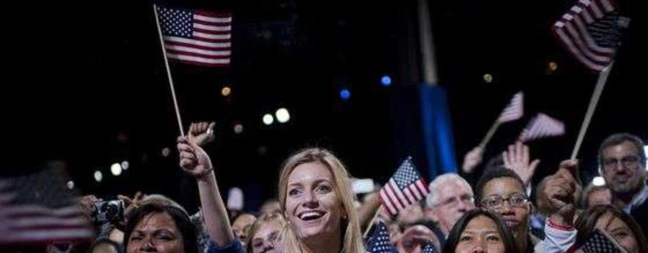 La ovación y el júbilo de los presentes no se hicieron esperar cuando vieron desfilar por el estrado al reelecto presidente de la mano de sus hijas Sasha y Malía, y de su amada esposa Michelle.