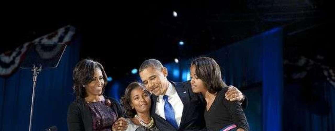 La familia Obama se fundió en un histórico abrazo al centro del estrado, en una noche en la que Estados Unidos decidió darle continuidad al proyecto de Barack.