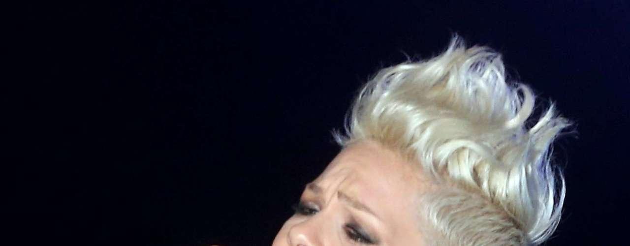 Si alguna estrella del pop está hecha a la medida para dar un show a favor de la lucha contra el cáncer de mama es Pink. La cantante personifica la fuerza femenina y su nombre hace alución al color rosado. La intérprete de 'Try', brilló sacando la increíble potencia de su voz en el evento denominado \